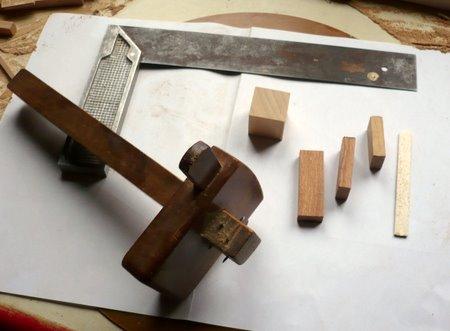 Trusquin pour tracer des parallèles au bord, equerre et differentes cales dont celle de droite de l'epaisseur du trait de scie